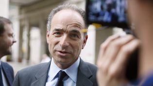 Jean-François Copé devant le siège de l'UMP (Paris), le dimanche 30 mars 2014. (PATRICK KOVARIK / AFP)
