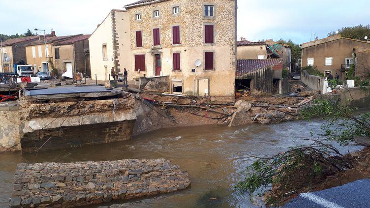 Le principal pont de Villegailhenc brisé sous la force de l'eau, mardi 16 octobre 2018. (VANESSA MARGUET / FRANCE-BLEU OCCITANIE)