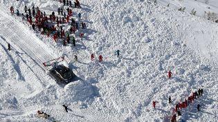 Les secours sont à la recherche de survivants après une avalanche mortelle, à Tignes, le 13 février 2017. (MAXPPP)