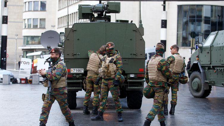 Des militaires belges aux abords de la gare centrale de Bruxelles, le 22 novembre 2015. (NICOLAS MAETERLINCK / BELGA MAG / AFP)