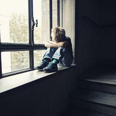 Les enfants humiliés font des adultes fragilisés. (IMGORTHAND / E+ / GETTY IMAGES)