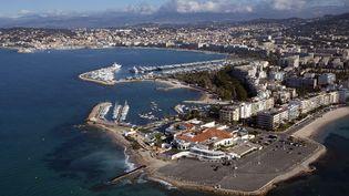 La ville de Cannes, où l'on distingue la Croisette et le casino, le 13 août 2012. (GÉRARD LABRIET / PHOTONONSTOP / AFP)