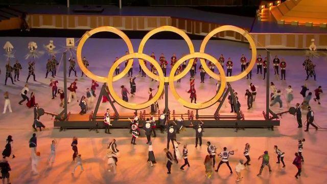 Les anneaux des Jeux Olympiques font leur apparition au milieu du stade de Tokyo.