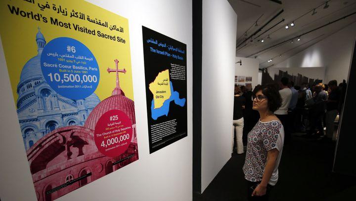 """Dans l'exposition """"Jérusalem vit"""" du Musée palestinien le 26 août.  (ABBAS MOMANI / AFP)"""
