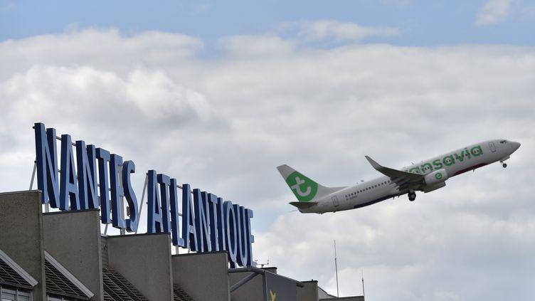 Un avion décolle de l'aéroport de Nantes Atlantique, le 25 juin 2016. (LOIC VENANCE / AFP)