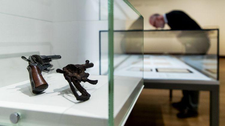 Revolver (très abîmé, à droite) avec lequel Van Gogh se serait suicidé et le même en bon état (Van Gogh Museum d'Amsterdam)  (Robin van Lonkhuijsen / ANP / AFP)