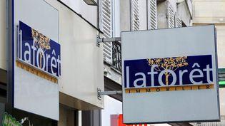 Une agence immobilière Laforêt, en 2008, à Paris. (JACQUES DEMARTHON / AFP)