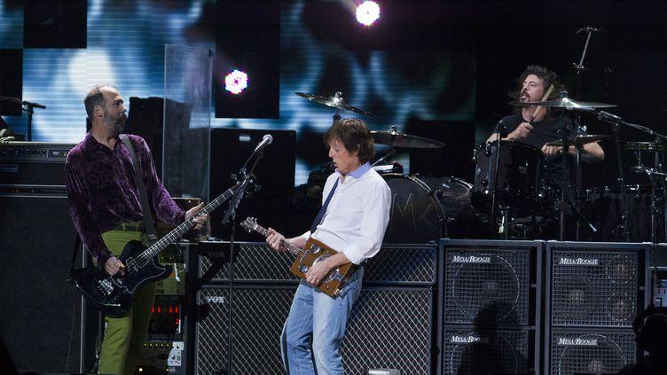 """Krist Novoselic, Paul McCartney et Dave Grohlinterprètent """"Cut Me Some Slack"""", le 12 décembre 2012 à New York. (LUCAS JACKSON / REUTERS)"""