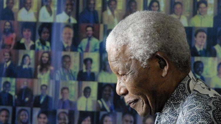L'ancien président sud-africain NelsonMandela, dans sa maison, le 20 août 2008. (RODGER BOSCH / AFP)