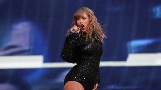 Taylor Swift donne un concert à Londres (Royaume-Uni), le 22 juin 2018. (SIMON DAWSON / REUTERS)