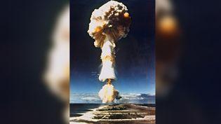 Cette photo prise en 1970 montre un essai nucléaire français à Mururoa, en Polynésie française. (AFP)