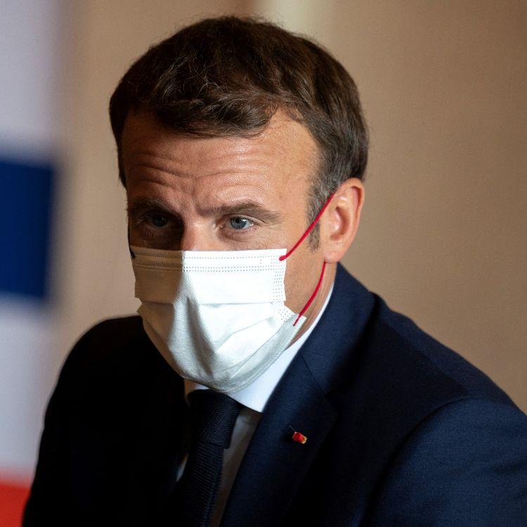 Emmanuel Macron à l'ambassade de France à Tokyo, au Japon, lors de l'ouverture des JO, le 24 juillet 2021. (CHARLY TRIBALLEAU / AFP)