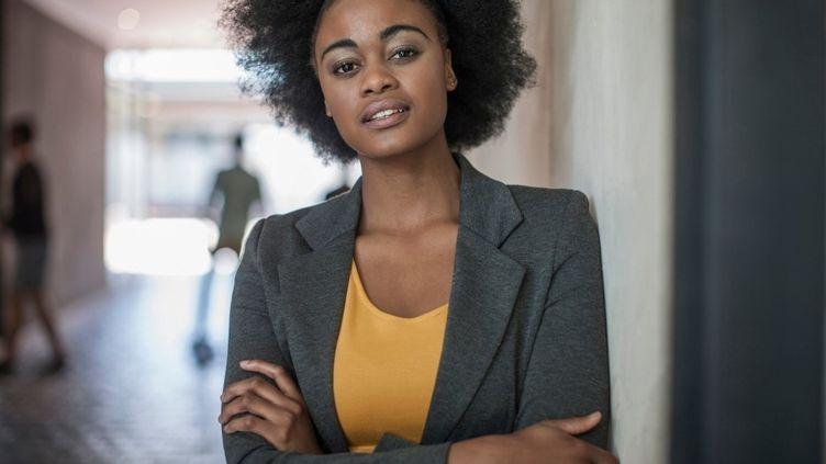 Portrait d'une jeune femme portant ses cheveux crépus. (FRISCO / IMAGE SOURCE)