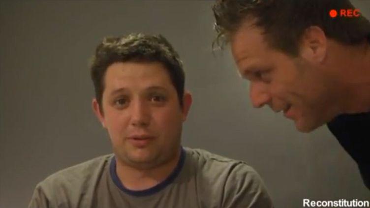 """Capture d'écran YouTube de la vidéo dans laquelle Rémi Gaillard (à droite) explique comment il a piégé l'émission """"Confessions intimes"""", diffusée mardi 16 avril sur TF1, avec de feaux comédiens, dont Aurélien (à gauche). (YOUTUBE / FRANCETV INFO)"""