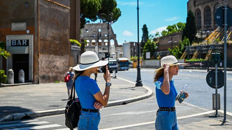 Des touristes près du Colisée à Rome (Italie), le 22 juin 2020. (VINCENZO PINTO / AFP)