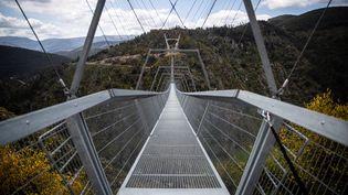 Le pont Arouca au Portugal mesure 516 mètres de long, le plus long pont pédestre du monde. (CARLOS COSTA / AFP)
