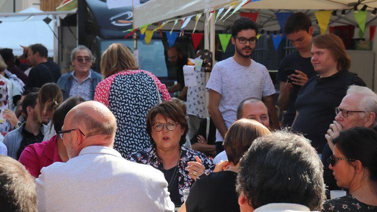 Martine Aubry, maire de Lille, sur le stand du parti socialiste lors de sa visite à la Braderie de Lille le 1er septembre 2018. (FRANÇOIS CORTADE / FRANCE-BLEU NORD)
