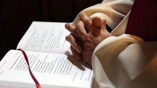 Les mains d'un religieu sur une bible (illustration). (VANESSA MEYER / MAXPPP)