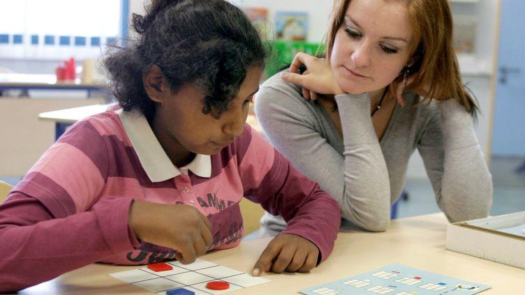 Une enfant en situation de handicap scolarisée au Collège Docteur Ernest Schaffner à Roost-Warendin (Nord), le 4 septembre 2007. (FRANCOIS LO PRESTI / AFP)