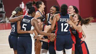 Les Bleues célèbrent leur médaille de bronze aux Jeux olympiques de Tokyo, le 7 août 2021. (MOHD RASFAN / AFP)
