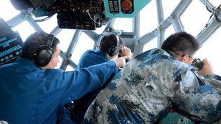 Des militaires de l'armée de l'air chinoise cherche le MH370 en mer de Chine, dans le cadre d'une mission multinationale pour localiser l'épave de l'avion, le 12 mars 2014. (SHEN LING / XINHUA / AFP)
