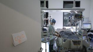 Unpatient atteint du Covid-19 dans le service de réanimation de l'hôpital Pasteur à Colmar (Haut-Rhin), le 22 avril 2021. (SEBASTIEN BOZON / AFP)