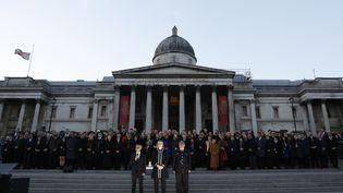 Le maire de Londres au milieu de membres de gouvernements à Trafalgar Square le 23 mars 2017 pour une soirée d'hommage aux victimes. (ADRIAN DENNIS / AFP)