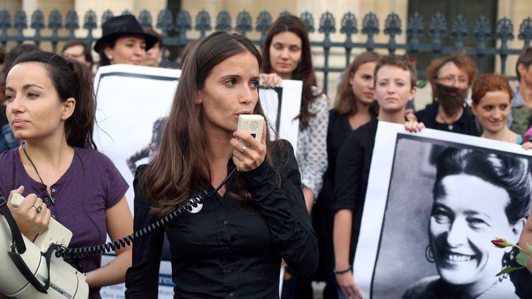 Anne-Cécile Mailfert, porte-parole d'Osez le féminisme, manifeste devant le Panthéon, à Paris, le 26 août 2013. (THOMAS SAMSON / AFP)