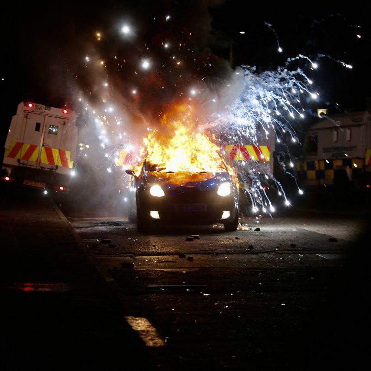Une voiture incendiée à Belfast, en Irlande du Nord (Royaume-Uni), le 9 avril 2021. (HASAN ESEN / ANADOLU AGENCY / AFP)