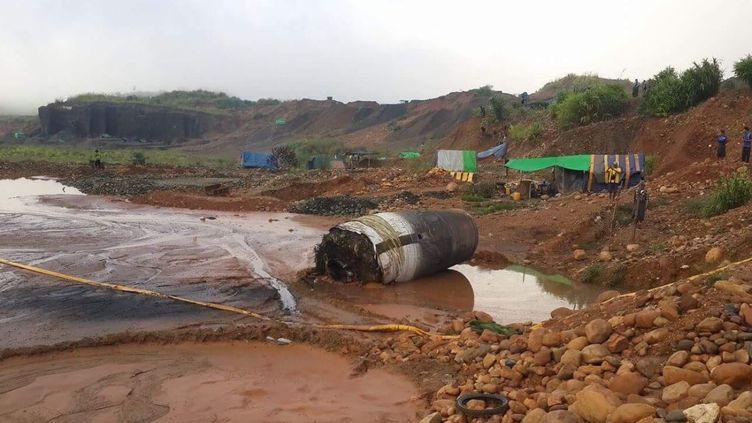 Un internaute a publié une photo de cet imposant cylindre de métal, découvert dans une zone minière birmane, jeudi 10 novembre 2016. (FREEKACHIN / TWITTER)