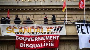 Des manifestants occupent le théâtre de l'Europe, à Paris, le 4 mars 2021. (MARTIN BUREAU / AFP)
