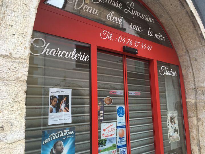Presque tous les commerçants de Pont-de-Beauvoisin (Isère) ont affiché l'appel à témoins après la disparition de Maëlys, le 29 août 2017. (CAMILLE ADAOUST / FRANCEINFO)