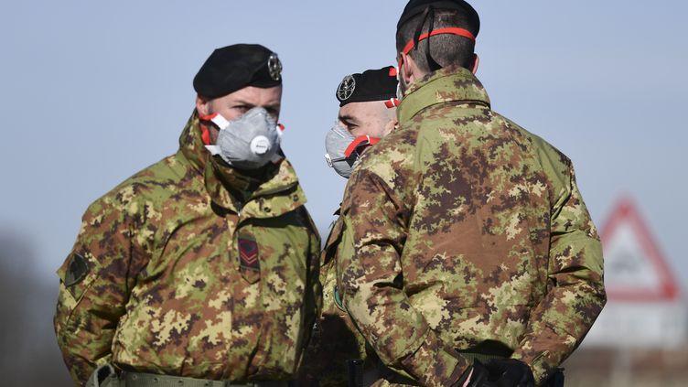 Des soldats de l'armée italienne à un point de contrôle à quelques kilomètres de la petite ville de Castiglione d'Adda, au sud-est de Milan, le 27 février 2020. (MIGUEL MEDINA / AFP)