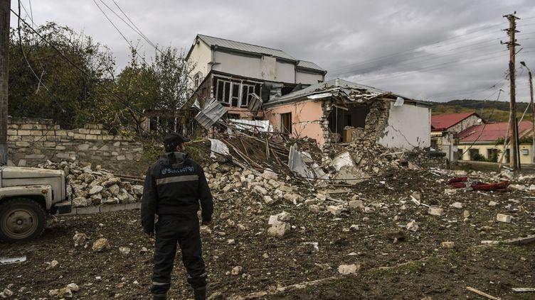 Un homme devant une maison détruite à la suite d'un bombardement à Stepanakert, dans le Haut-Karabakh, le 8 octobre 2020 (photo d'illustration). (ARIS MESSINIS / AFP)