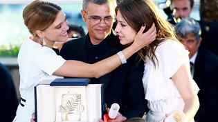 """L'actrice Léa Seydoux (à gauche) pose le 26 mai 2013 avec le réalisateurAbdellatif Kechiche et l'actriceAdèle Exarchopoulos, après avoir reçu la Palme d'or pour """"La vie d'Adèle"""", à Cannes (Alpes-Maritimes). (ZHENG FUDE / IMAGINECHINA / AFP)"""