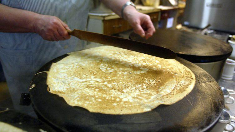 Une crêpe en cours de cuisson, en Bretagne. (Photo d'illustration) (FRED TANNEAU / AFP)