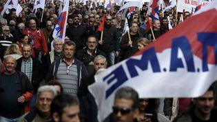 Les manifestants sont dans les rue d'Athènes pour une journée de grève générale, le 14 décembre 2017. (ARIS MESSINIS / AFP)