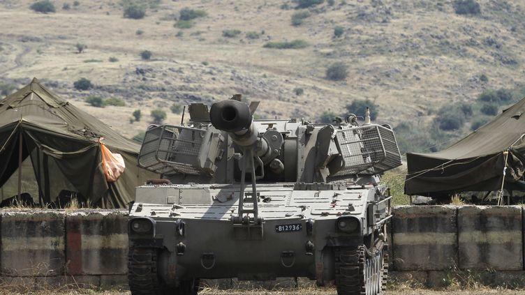 Une véhicule de l'armée israélienne, le 9 mai 2018, près de la frontière syrienne, sur le plateau du Golan, annexé par Israël. (JALAA MAREY / AFP)