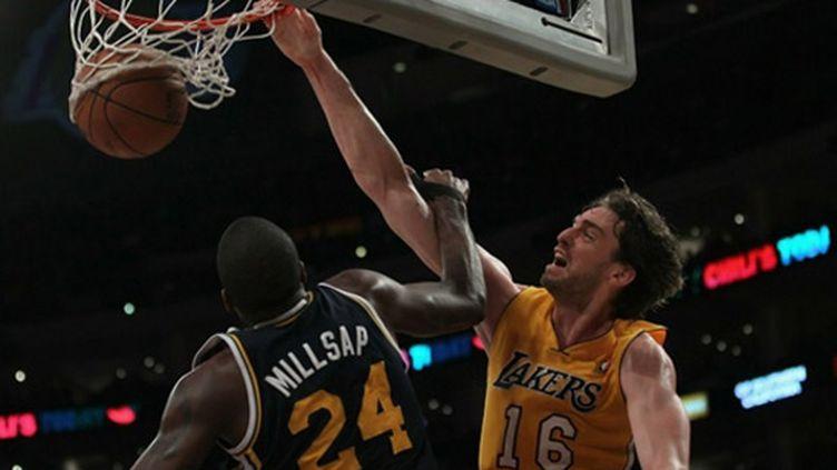 Paul Gasol au dunk face à Millsap (Utah)