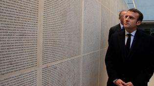 Emmanuel Macron inaugure le Mur des Noms au Mémorial de la Shoah, à Paris, le 27 janvier 2020. (MICHEL EULER / AFP)