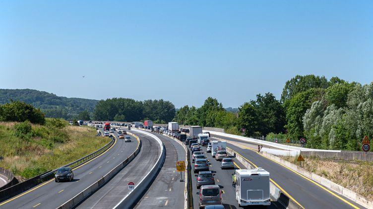 Des automobilistes sont bloqués dans les embouteillages au niveau dePont-L'Evêque (Calvados), le 17 juillet 2021. (SOPHIE LIBERMANN / HANS LUCAS / AFP)