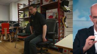 Afin de prévenir les maux de dos, le docteur Damien Mascret est présent sur le plateau du 13 Heures. (France 2)