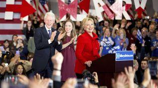Hillary Clinton, candidate aux primaires démocrates, accompagnée de son mari Bill et de leur fille Chelsea, lors d'un meeting à Des Moines (Etats-Unis), le 1er février 2016. (ANDREW HARNIK / AP / SIPA)