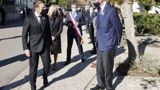 Le président Emmanuel Macron (à gauche) s'entretient avec Yves de Gaulle, petit-fils de Charles de Gaulle, avant une cérémonie commémorative pour son grand-père à Colombey-les-Deux-Eglises (Haute-Marne), le 9 novembre 2020. (LUDOVIC MARIN / AFP)