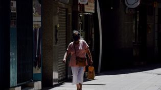 Une femme porte un masque dans une rue de Lerida en Catalogne, le 13 juillet 2020. (PAU BARRENA / AFP)