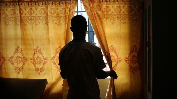 Un détenu de la prison centrale de Freetown, le 7 mai 2021. La Sierra Leone a aboli la peine de mort, mais de nombreuses ONG dénoncent les conditions de vie extrêmement dures dans les prisons du pays. (ANNE-SOPHIE FAIVRE LE CADRE / AFP)