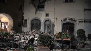 Une maison éventrée et ses décombres, dans le village de Visso (Italie), après deux séismes, le 29 octobre 2016. (TIZIANA FABI / AFP)