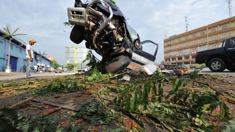 Carcasse d'un véhicule accidenté, en plein coeur d'Abidjan en Côte d'Ivoire, le 24 novembre 2014 (SIA KAMBOU / AFP)