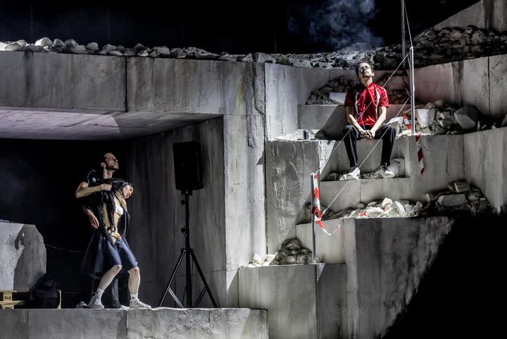 """""""Room with a view"""" de Rone et (La)Horde avec le ballet national de Marseille, au Théâtre du Châtelet, en mars 2020. (Dans ce tableau, Rone fume sur les marches). (CYRIL MOREAU / BESTIMAGE)"""
