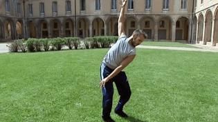 """""""Hydre"""" de Yuval Pick présenté dans le cloître de l'abbaye de Cluny  (France 3 / Culturebox)"""
